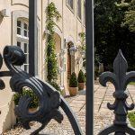 19-Schloss_Blick_durchs_Tor